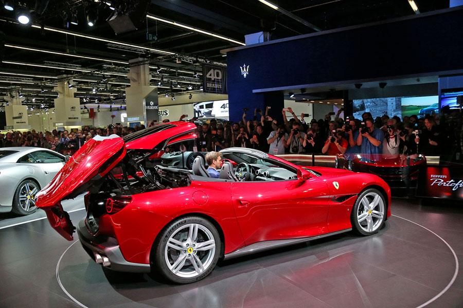 Ferrari Portofino in mostra al Salone IAA Francoforte - dettaglio dell'apertura del tetto rigido retrattile