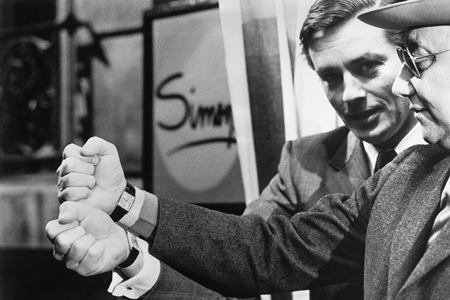 Nel 1972 sul set di Notte sulla città, Alain Delon si accorge divertito che il suo orologio prediletto, il Tank Arrondie, è anche quello del suo regista preferito, Jean-Pierre Melville.