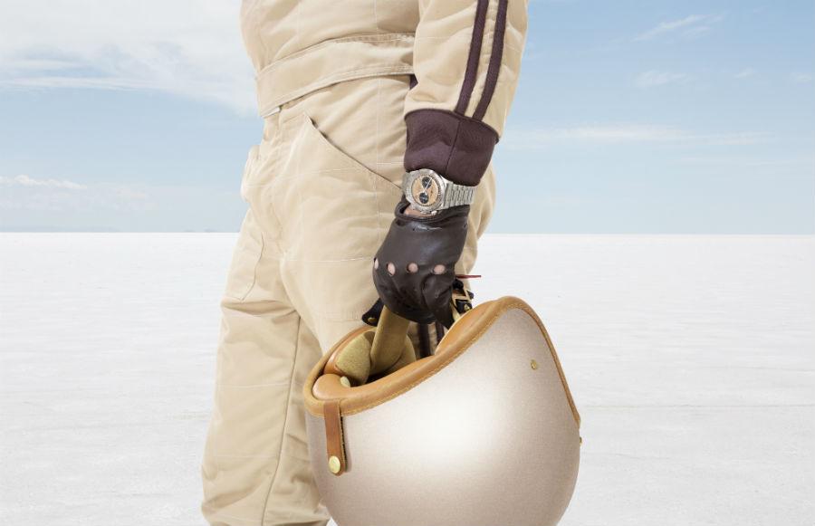 Bell & Ross - immagine di guanti di pelle, casco aperto, una tuta poco più che simbolica. E un affidabile cronografo al polso per tenere i tempi e misurare le performance. Perché le corse con le belly tank erano tutto tranne che esibizioni.