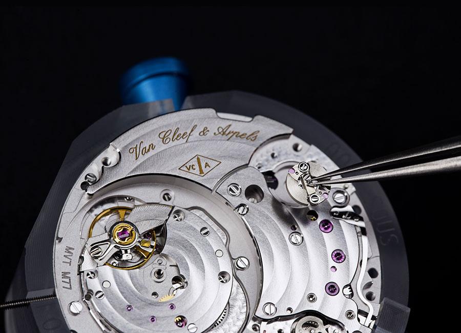 Van Cleef & Arpels - Lady Arpels Papillon Automate – Nella foto il Movimento dell'orologio Lady Arpels Papillon Automate, meccanico a carica automatica provvisto di un modulo automa aleatorio. Una vera prodezza della tecnica, oggetto di quattro richieste di brevetto da parte di Van Cleef & Arpels, è stato realizzato con ben 470 componenti. Photo © Van Cleef & Arpels e ©TheDucker
