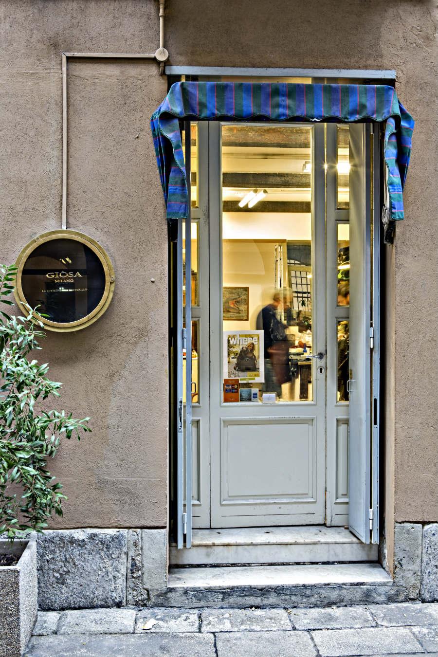 Giòsa - L'ingresso della bottega artigianale in via Ciovasso 6 a Milano; all'interno, gli abili artigiani lavorano la preziosa pelle di rettile dando vita a esclusive realizzazioni Made in Italy. © Emanuele Zamponi