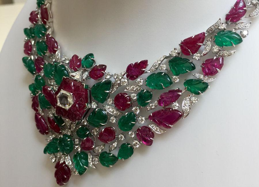 Résonances De Cartier - Chandigarh - Collana Tutti Frutti - Oro bianco, smeraldi e rubini incisi, diamanti ( 9,81 cts ), un rubino centrale inciso (provenienza Mozambico di 16,31 cts), incastonato con un diamante esagonale. Orecchini in oro bianco, rubini e smeraldi incisi, brillanti (totale 3 cts). E' possibile indossare il motivo al lobo senza la parte alta. ©TheDucker