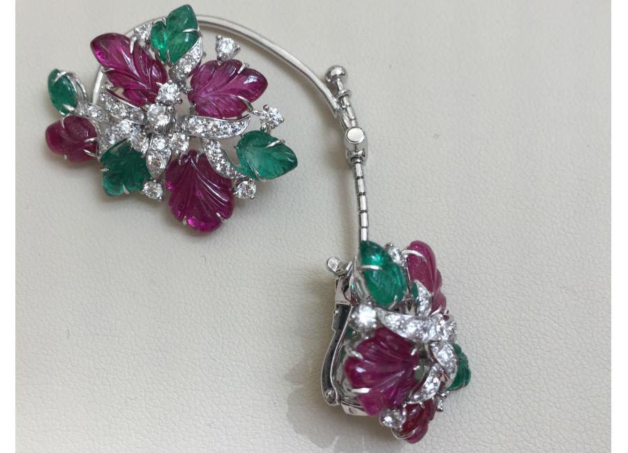 Résonances De Cartier - Chandigarh - Orecchini Tutti Frutti - Oro bianco, smeraldi e rubini incisi, diamanti ( 9,81 cts ), un rubino centrale inciso (provenienza Mozambico di 16,31 cts), incastonato con un diamante esagonale. Orecchini in oro bianco, rubini e smeraldi incisi, brillanti (totale 3 cts). E' possibile indossare il motivo al lobo senza la parte alta. ©TheDucker