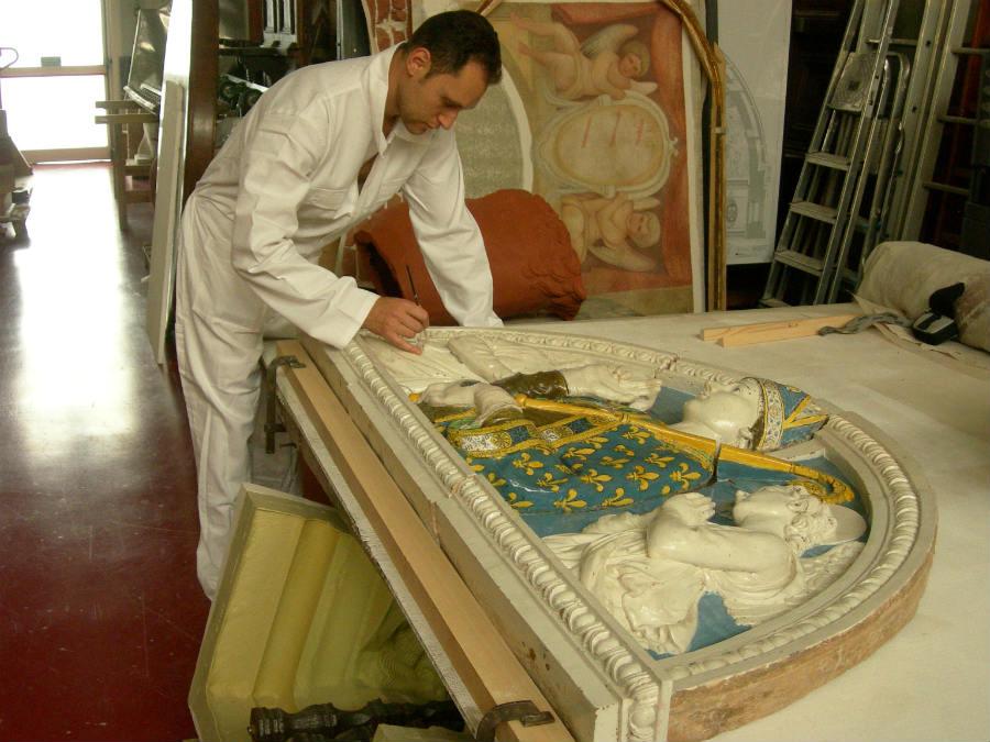 un artigiano del laboratorio di Andrea Fedeli al lavoro