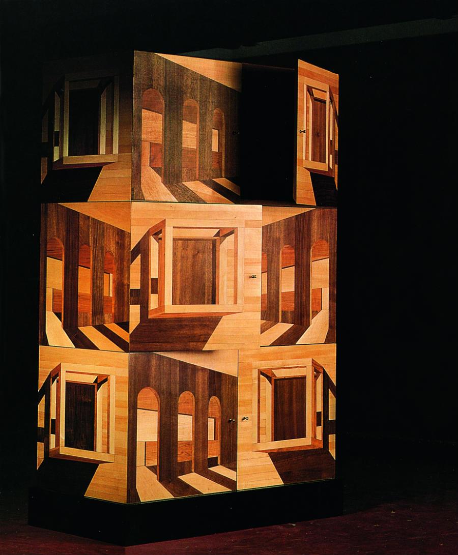 In questa collezione del 1999 (in foto, uno dei 28 esemplari realizzati con l'antica tecnica della tarsia lignea) la creatività dell'eclettico designer Ettore Sottsass si unisce con la tradizione e l'abilità tecnico-operativa che Andrea Fedeli ha da sempre messo a frutto nell'ambito del restauro conservativo.