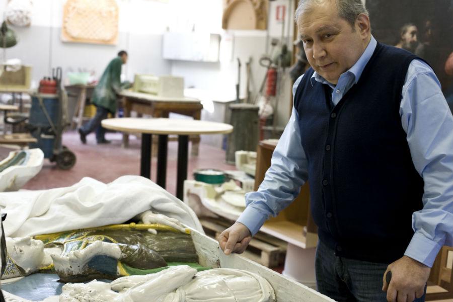 Il Maestro Andrea Fedeli, considerato uno dei restauratori più importanti del mondo, ritratto nel laboratorio ereditato dal padre Luigi e dal nonno Fedele.