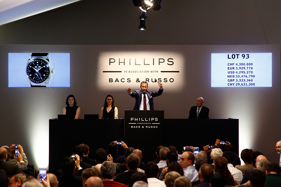 "Aurel Bacs durante l'asta di Phillips di maggio 2017, al momento della vendita dell'orologio Rolex ""Bao Dai"" appartenuto all'ultimo Imperatore del Vietnam, ad un prezzo di più di 5 milioni di CHF (credits: Phillips Watches)."