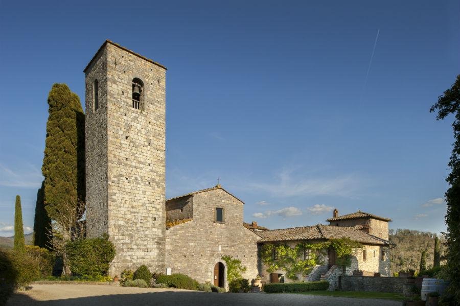 Castello di Spaltenna Veduta sul lato d'ingresso verso la facciata del monastero medievale