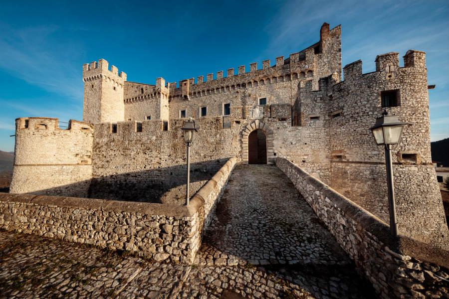 Castello Orsini di Nerola - Vista del castello dalla Piazzetta delle Scuderie