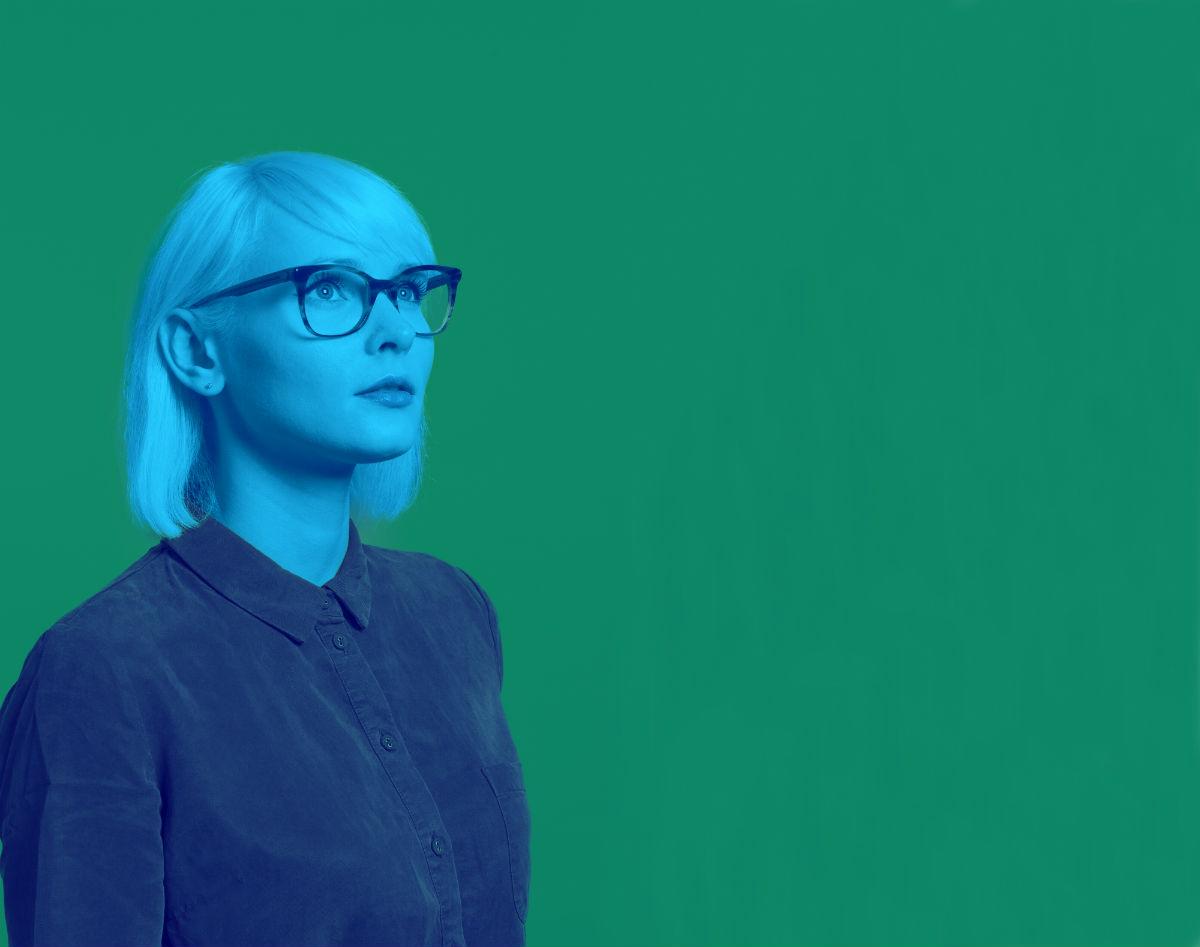 Dreamers - logo - immagine di ragazza sulle tonalità del blu su sfondo verde