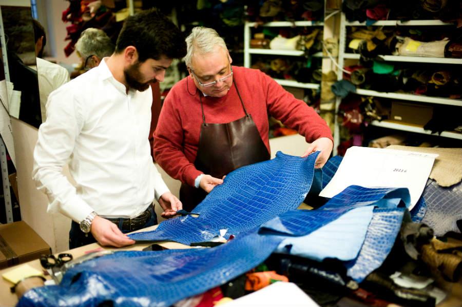 Giòsa - Il titolare della Bottega del Coccodrillo Giorgio Santamaria e suo figlio Gioele analizzano le pelli per verificarne l'assoluta qualità. © Giòsa