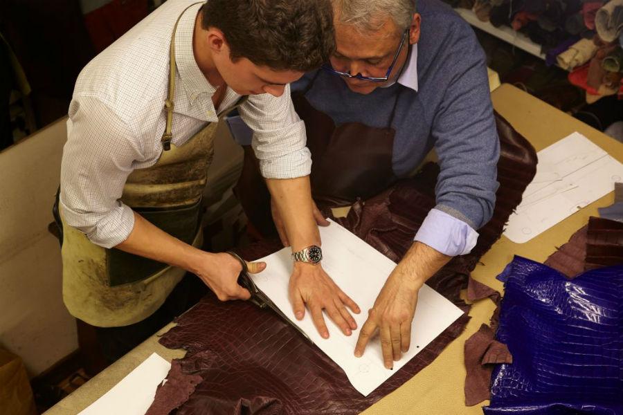 Giòsa - Il Maestro Giorgio Santamaria e un artigiano della bottega alle prese con la prima delicatissima fase di lavorazione: il taglio. Con scrupolosa attenzione, l'artigiano impugna le forbici e procede al taglio grazie all'ausilio di una matrice guida in carta © Giòsa