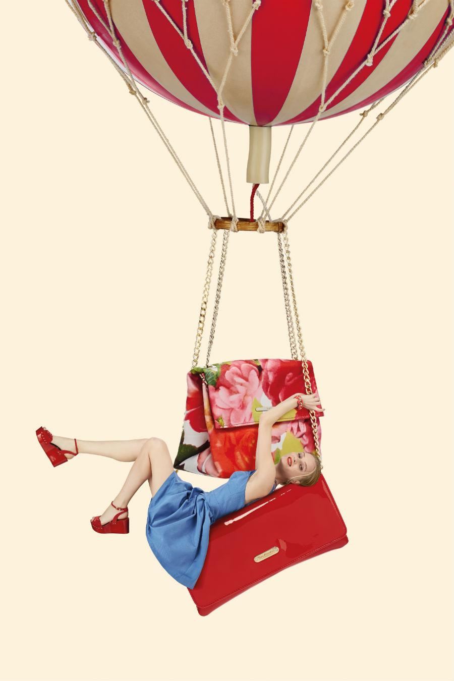 Giovanni Gastel - immagine di una mongolfiera dalla quale rimane appesa una ragazza in abito di jeans