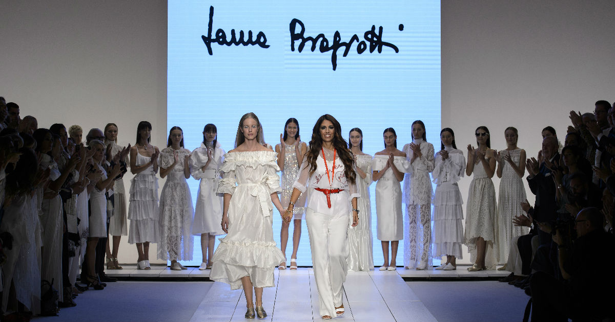 Laura Biagiotti Forever - conclusione sfilata con Lavinia in passerella