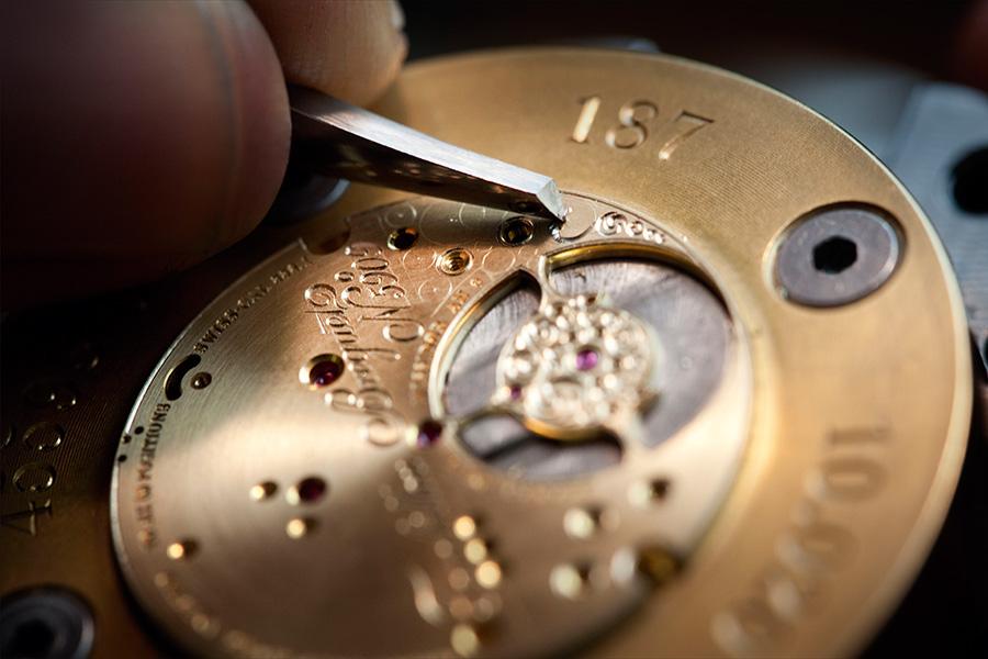 La fase dell'incisione per mano del maestro orologiaio nella Manifattura Breguet