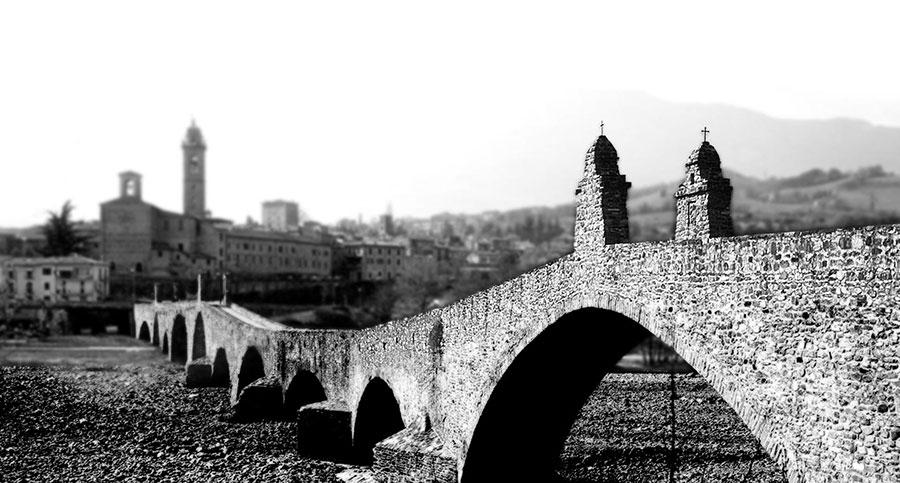 Breguet - Nella foto il Ponte Gobbo, che attraversa il fiume Trebbia con 11 arcate irregolari. Di origine romana ed in pietra, è il simbolo della cittadina di Bobbio.