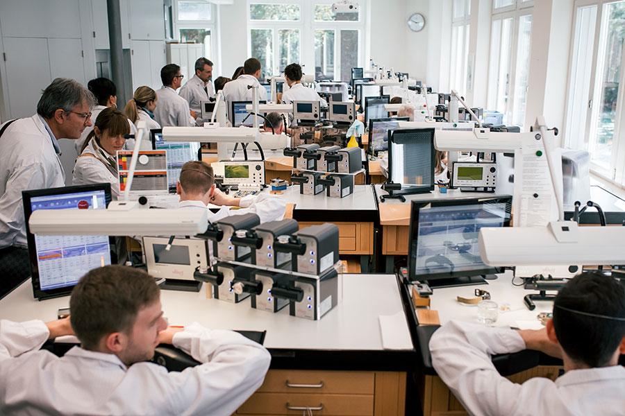 Una delle sale in cui i maestri orologiai controllano con precisione, al microscopio, l'orologio in ogni singola componente. Per alcuni movimenti i test possono raggiungere le 500 ore.