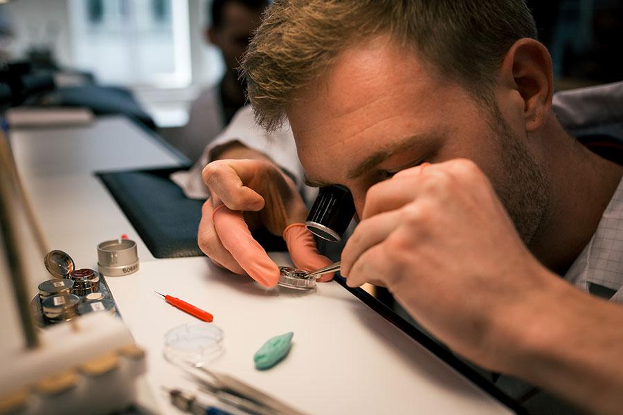 Manifattura IWC di Schaffhausen - Il maestro orologiaio mentre lavora su un movimento nella manifattura IWC.