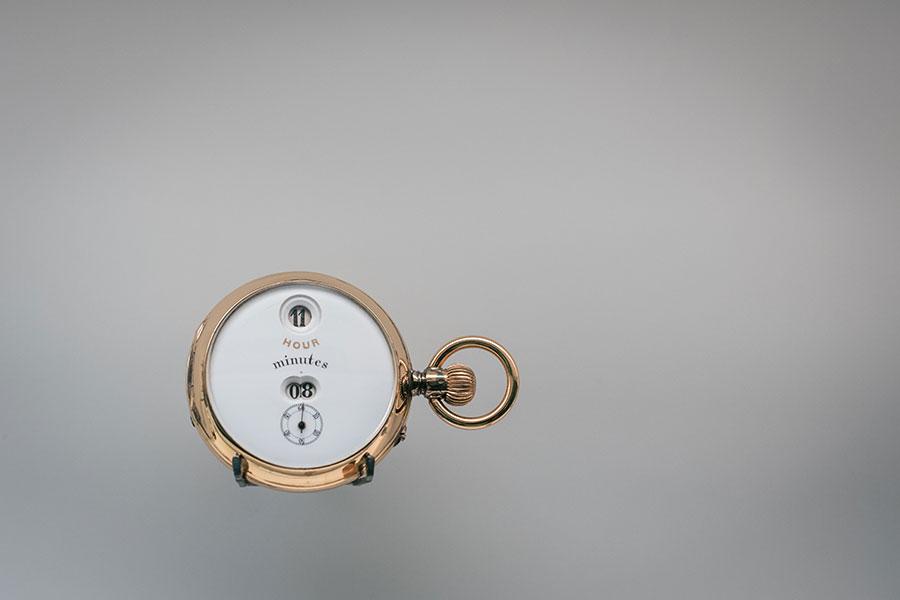 """Manifattura IWC di Schaffhausen - Uno dei primi orologi da taschino con indicazione digitale di ore e minuti secondo il sistema brevettato Pallweber. Tali orologi erano di principale uso professionale per i dipendenti delle società ferroviarie. Venivano piombati per essere utilizzati solo da personale autorizzato proprio per la loro indispensabile funzione di sincronizzazione ed organizzazione delle strade ferrate. Sofisticati e performanti furono spesso richiesti """"su misura"""" con casse decorate e piccole miniature da clienti della Maison IWC per il proprio uso personale."""