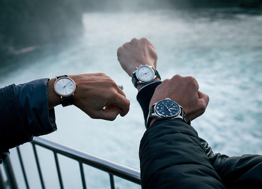 Manifattura IWC di Schaffhausen - 3 orologi indossati sullo sfondo del fiume Reno