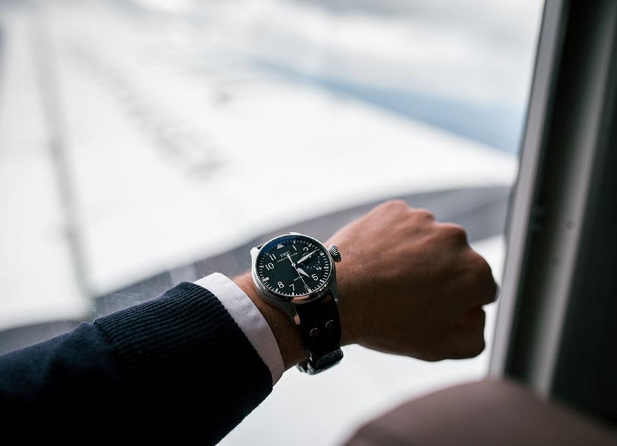 """Nella foto un modello della linea Pilot Watch di IWC. Il primo orologio """"Special Pilot's Watch"""" creato nel 1936 era dotato di uno scappamento antimagnetico e di una ghiera girevole con indice per la regolazione che consentiva l'impostazione dell'ora di decollo."""