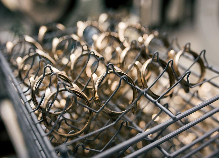 Manifattura IWC di Schaffhausen - Nelle foto il reparto dedicato alla fase di polissage della cassa degli orologi IWC. Pur utilizzando una macchina per eseguire la politura e lucidatura del metallo, la sensibilità manuale resta la caratteristica essenziale per raggiungere un perfetto risultato. Tutto dipende dall'esperienza dei tecnici. Oltre alla finitura dei particolari, i dipendenti si occupano anche della finitura delle superfici. Per ogni diverso modello di orologio si sceglie una finitura diversa della lunetta. L'equilibrio e l'armonia tra superfici lucide ed satinate dona profondità e rende il segnatempo facilmente riconoscibile nel suo design concept e nello stile.