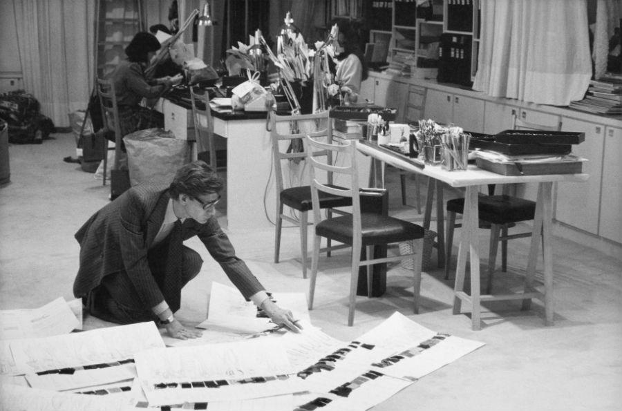 Yves Saint Laurent al lavoro nel suo atelier - Yves Saint Laurent dans son studio, 1986 © DR