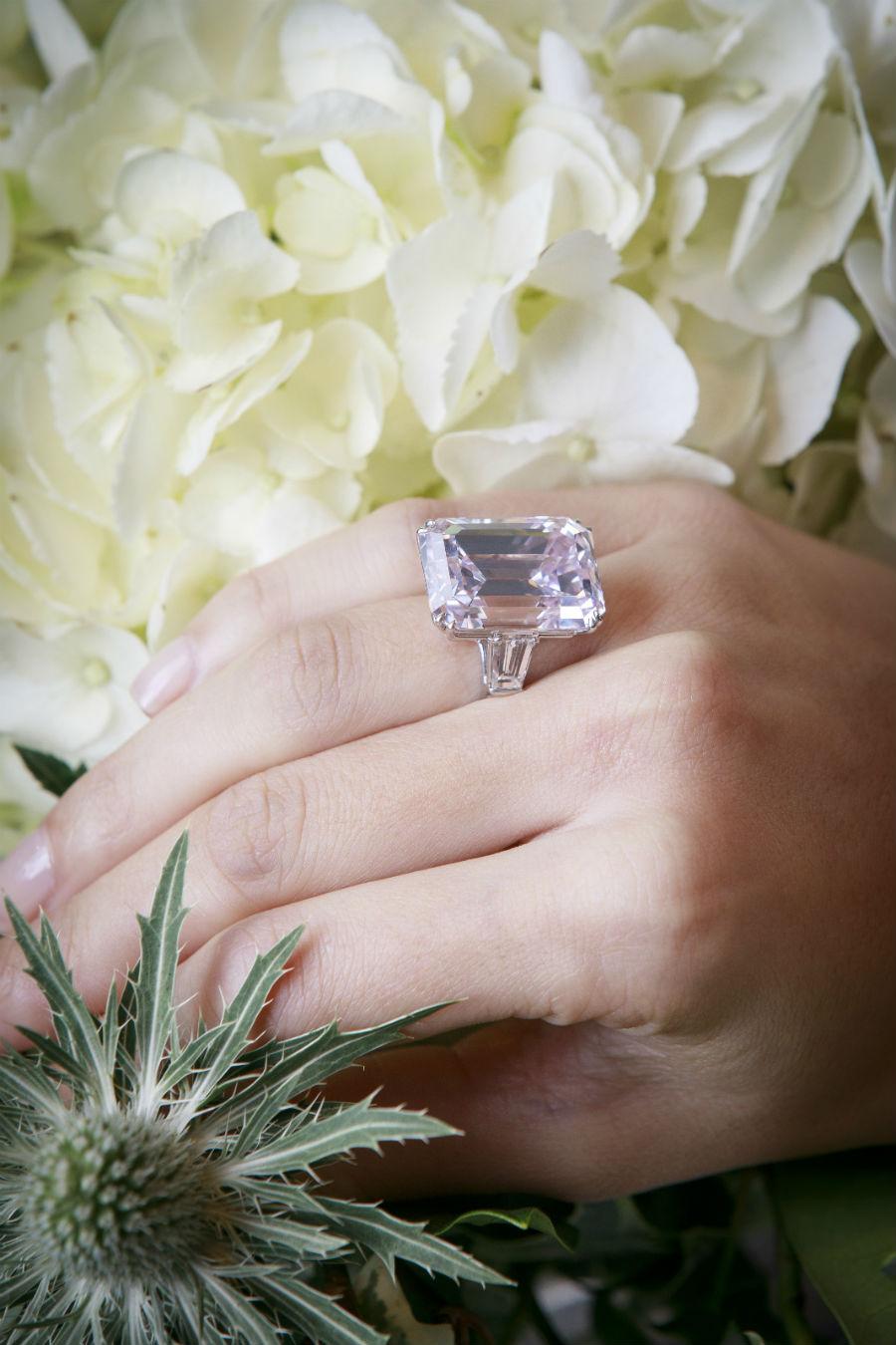 Diamante montato su anello, Lotto 356 - Harry Winston, circa 1970 – Diamante Fancy light pink taglio a gradini (33.63 cts), VVS1, IIa. Venduto per 12'818'240$.