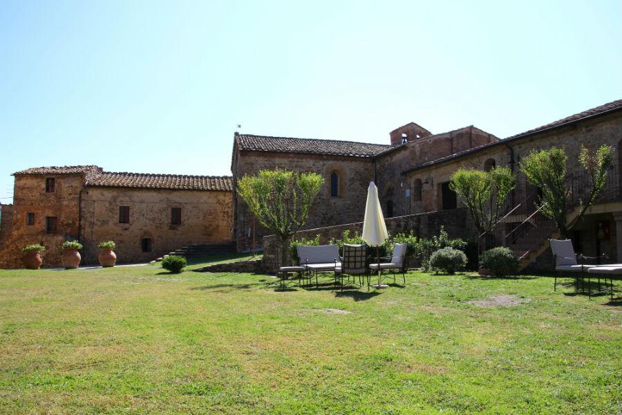 Castel Porrona Relais & Spa - Giardino con scorci sul borgo medievale
