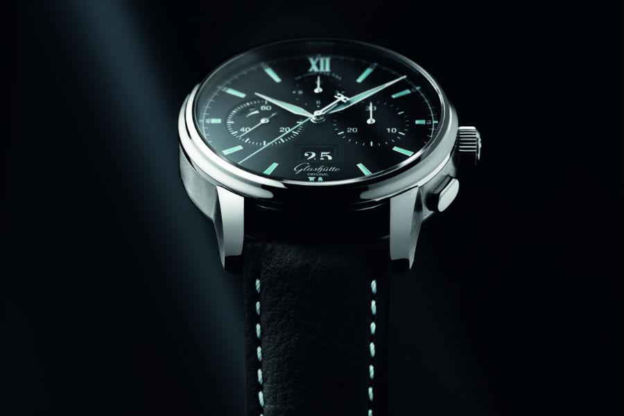 Glashütte Original – Il cronografo Senator Chronograph Panorama Date è un esempio di stile formale. Dopo essere stato lanciato nel 2014 con cassa in platino o in oro rosso, arriva in questo 2017 in versione acciaio.