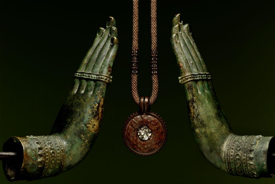Hemmerle – Collana in oro bianco, rame, sfere di quarzo fumé intrecciate a maglia, disco di giada e diamanti.