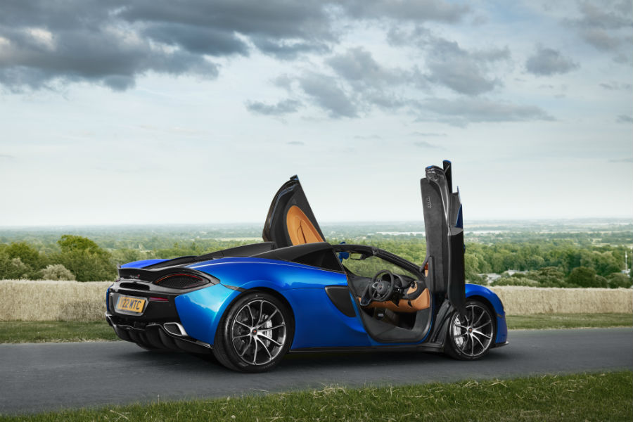 McLaren 570S Spider - visione laterale della vettura con portiere aperte