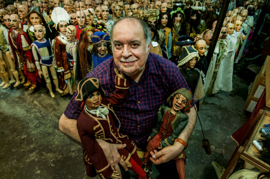 Il Maestro Eugenio Monti Colla ritratto nel suo atelier popolato di marionette