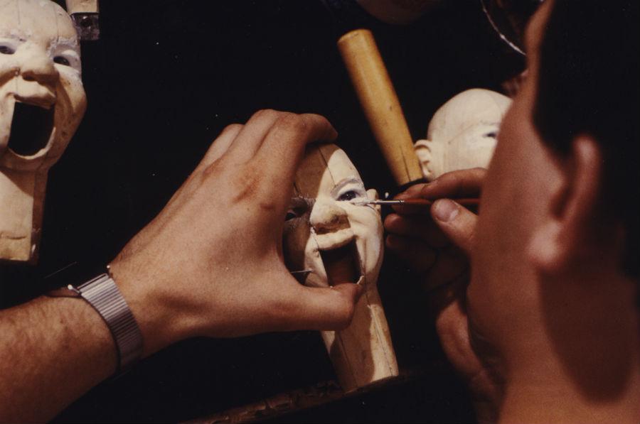 Eugenio Monti Colla: Uno dei maestri artigiani della Compagnia Colla intento alla scultura di una testina di marionetta