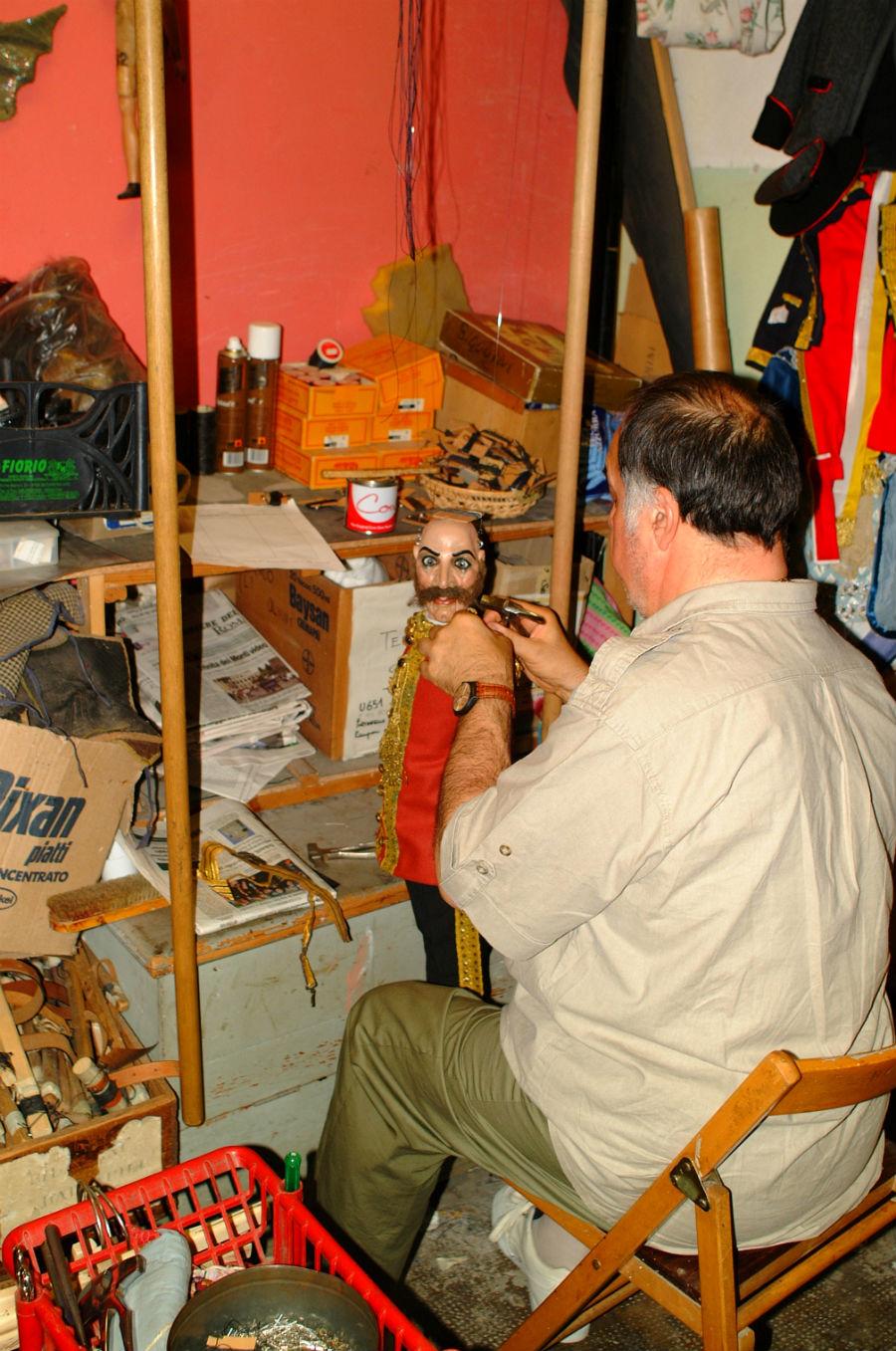 Eugenio Monti Colla: in laboratorio, mentre veste con amore e delicatezza una delle sue piccole creature .
