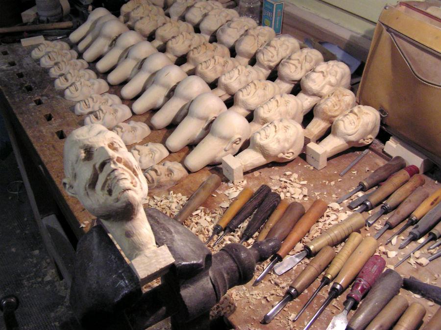 un'immagine dell'atelier di Eugenio Monti Colla - testine di marionetta