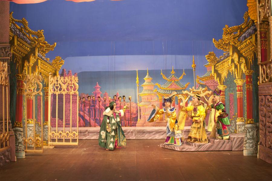 """Un'immagine di una scena de """"La Turandot"""" dei Colla: un assoluto capolavoro che vede agire oltre cento marionette a ricreare con fantastica destrezza le scene e i personaggi dell'amato melodramma pucciniano. Grandissima la maestria artistica e tecnica dei Colla nel tradurre la grande opera nel minuscolo, struggente mondo delle marionette."""