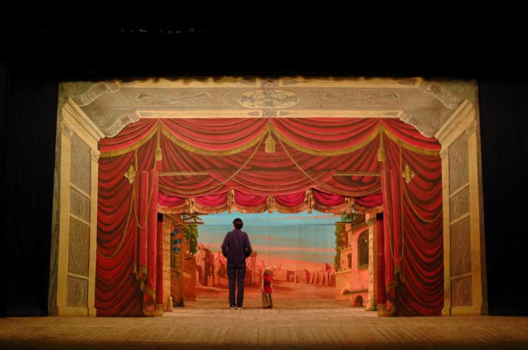 l'immagine emblematica di un uomo e di una marionetta sul bellissimo fondale del piccolo teatro. Quanta poesia in questo mondo piccino... con quella dolce nota di malinconia, che la bellezza sempre porta con sé.