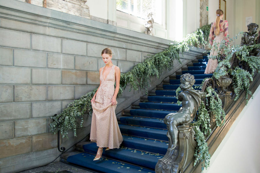 Luisa Beccaria Runway - modella scende le scale indossando una creazione della stilista
