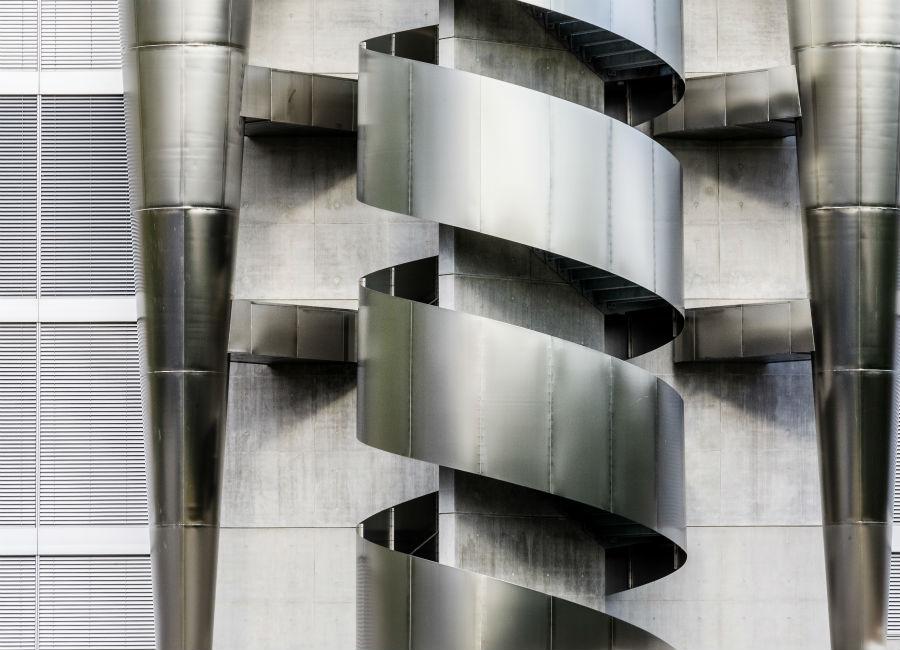 La scenografica e creativa scala esterna realizzata in acciaio inossidabile