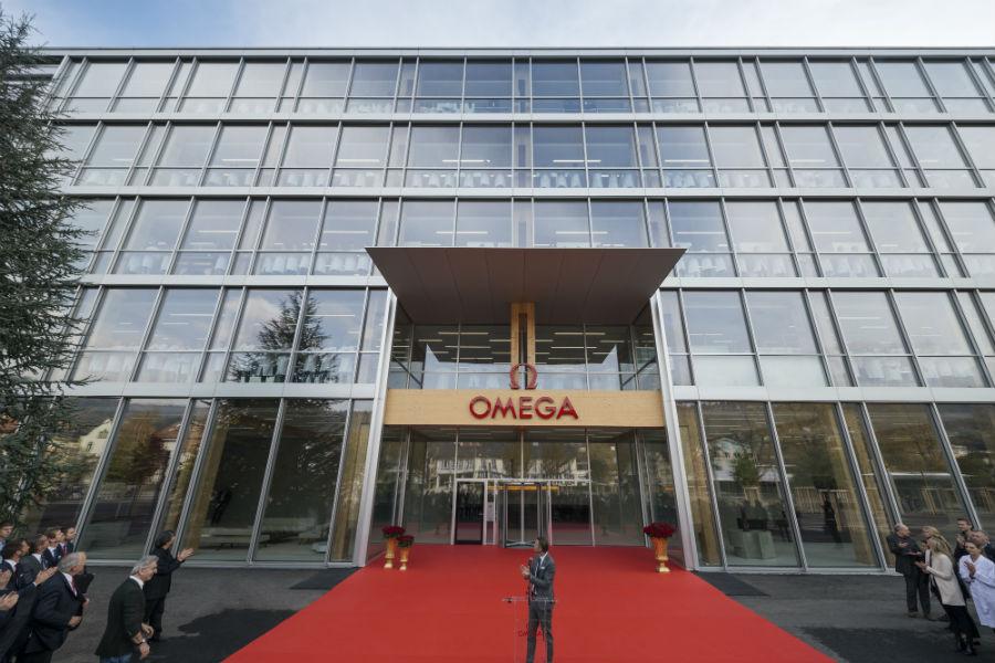 Il Presidente e Ceo di Omega Raynald Aeschlimann dichiara ufficialmente operativa la nuova facory di Omega. Un'evento sentito, che ha coinvolto tutti i dipendenti, allineati alle ampie finestre.
