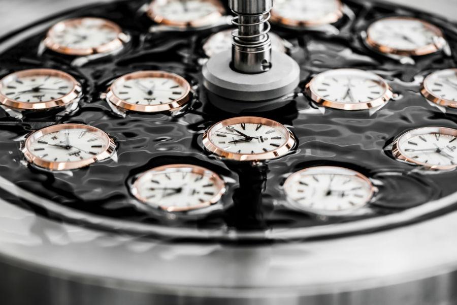 All'interno della nuova manifattura, Omega ha predisposto un'area dedicata ai laboratori dei tecnici Metas. L'istituto Federale di Metrologia che ha il compito di certificare gli orologi del brand con la qualifica di Master Chronometer e di garantirne la resistenza ai campi magnetici fino a 15mila gauss.