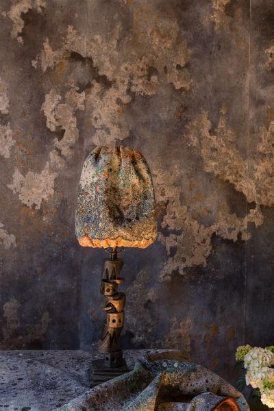 """In questo scatto un particolare di """"Midnight Moon Dust"""". Questa suggestiva carta da parati di Emilio Brazzolotto si ispira alla superficie cosparsa di crateri della Luna, creando su uno strato invecchiato da lacerazioni velature di terra indaco e caffè, che ricoprono la base della carta. ©Claudia Zalla"""
