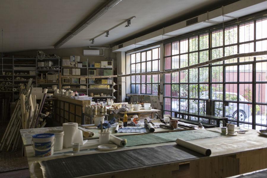 La sapienza del team Fabscarte di Emilio Brazzolotto al lavoro nel laboratorio di via Foppa, 50/A a Milano.