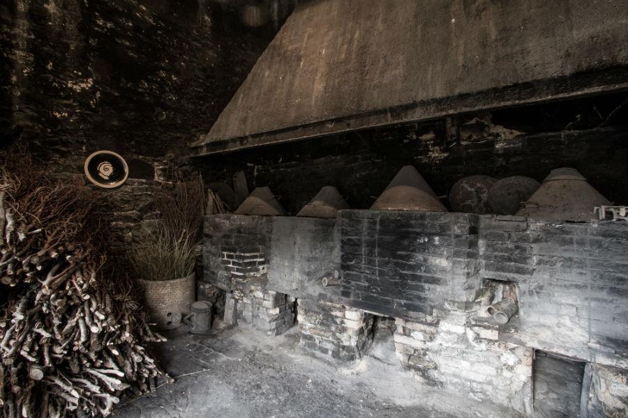 """I forni a muffola, costruiti nel 1884 da Paolo Tittarelli Rubboli, sono ancora in uso, e grazie alla combustione delle fascine di ginestra, creano l'atmosfera """"riducente"""" che permette al lustro, in terza cottura, di assumere i caratteristici toni cangianti. ©Laila Pozzo per Doppia Firma 2017"""