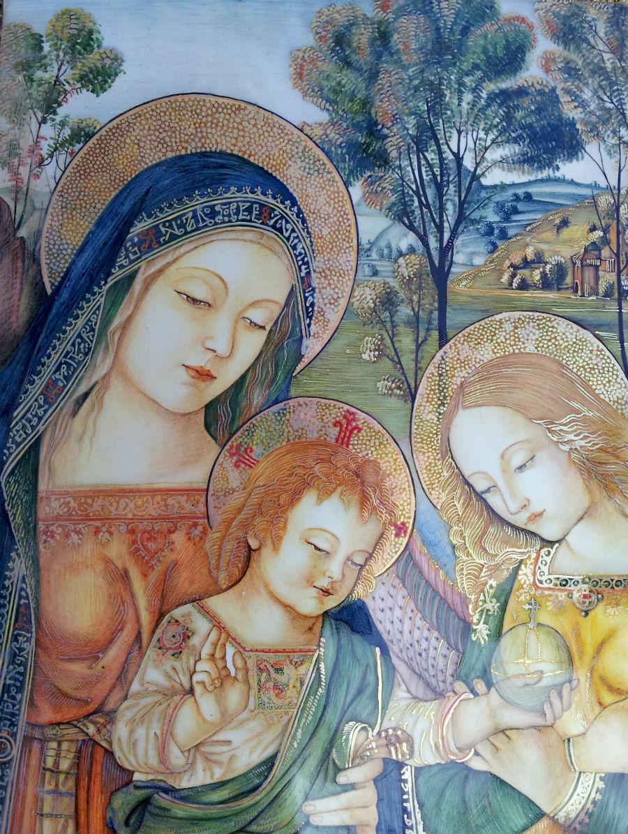 Riproduzione della Madonna con bambino di Pinturicchio, un esempio della produzione storicista della bottega, che in generale predilige la produzione di oggetti dal gusto contemporaneo. ©Museo Opificio Rubboli