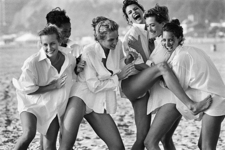White Shirts: Estelle Léfebure, Karen Alexander, Rachel Williams, Linda Evangelista, Tatjana Patitz & Christy Turlington, Malibu,1988 © Peter Lindbergh (Courtesy of Peter Lindbergh, Paris / Gagosian Gallery)