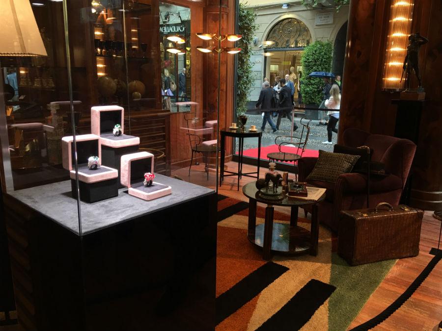 Robertaebasta - Gli interni della galleria Robertaebasta in Via Fiori Chiari 3 hanno ospitato nel 2016 la mostra di Alta Gioielleria del Maestro Giampiero Bodino.