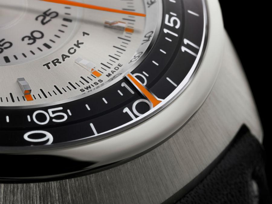 Un dettaglio del Track1, il primo modello prodotto da Singer Reimagined. È possibile apprezzare l'alto livello dei dettagli, la finitura delle superfici, e soprattutto l'indicazione perimetrale di ore e minuti ottenuta tramite una lancetta fissa e due dischi rotanti.
