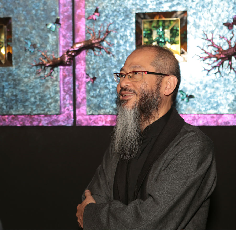 Wallace Chan di fronte al suo stand durante Masterpiece London 2017